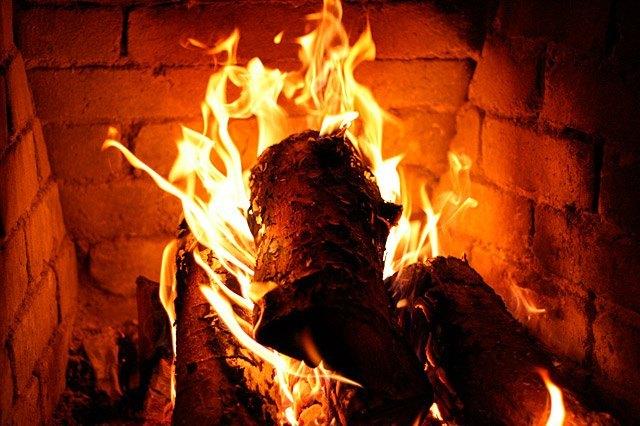 quemando leña en chimenea